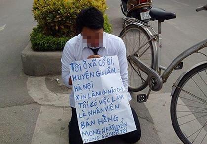 Nam thanh niên đeo bảng, quỳ gối  trước cổng đài truyền hình xin việc