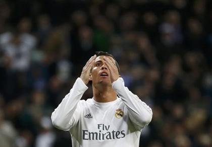Ronaldo điên đầu vì ghi bàn vẫn bị fan la ó