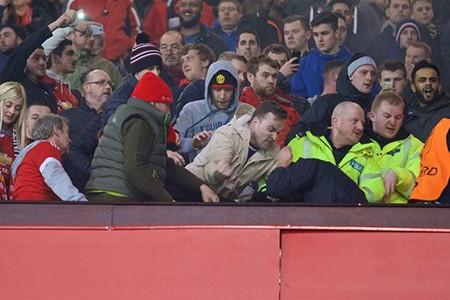 Fan M.U và Liverpool 'choảng nhau' ngay trong sân