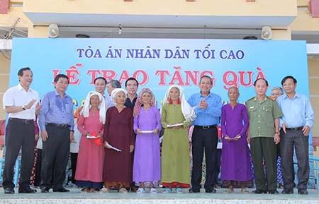 Chánh án TAND Tối cao Trương Hòa Bình tặng quà cho dân vùng hạn