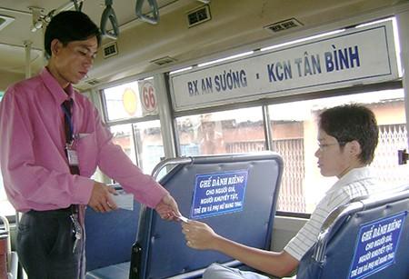 Cuối năm nay, người dân sẽ quẹt thẻ khi đi xe buýt