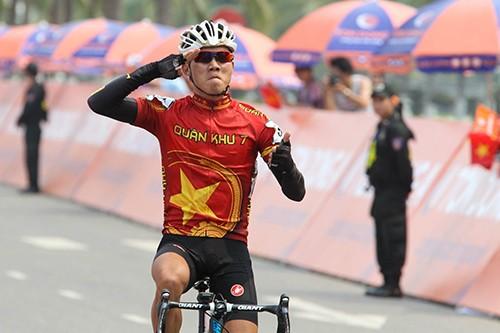 Nguyễn Thành Tâm chiếm trọn 3 màu áo