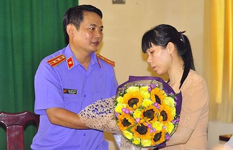 Chủ đầm tôm không nhận lời xin lỗi và trả lại hoa