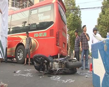 Xe máy 'kẹp' 3 tông xe khách, 3 thanh niên nhập viện