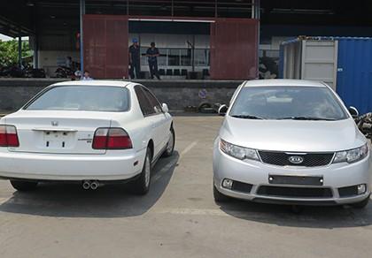 Hai ô tô đã qua sử dụng ngụy trang trong container vải