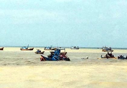 Sáu tàu thuyền bị nhấn chìm sau đợt lũ bất ngờ