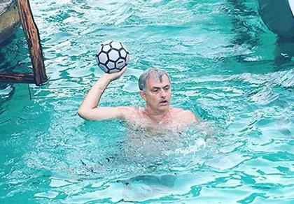Jose Mourinho vui chơi không quên nhiệm vụ