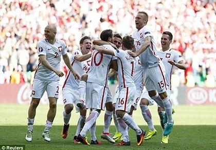 'Đại bàng trắng' Ba Lan tung cánh bay vào tứ kết