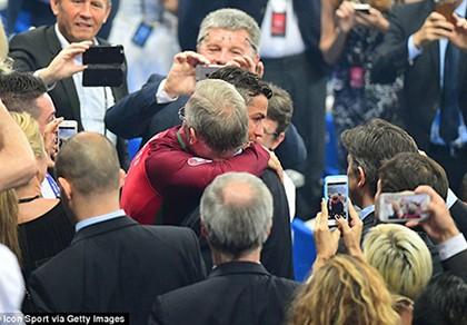 Ronaldo ôm Sir Alex tri ân trong ngày hạnh phúc nhất đời