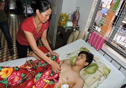 Nam thanh niên bị chém hội đồng gục trên vũng máu