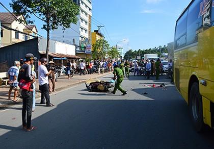 Xe khách đâm vào đuôi xe máy, 1 người chết, 2 người bị thương