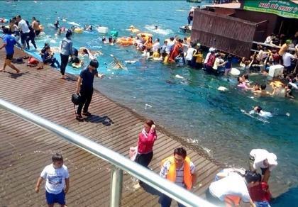 Sập nhà hàng nổi ở Vĩnh Hy: 2 người chết, hàng trăm người rơi xuống biển