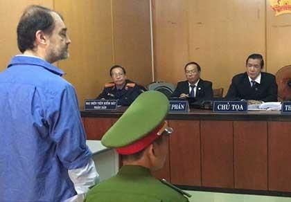 """Tòa xử """"án"""" dẫn độ người nước ngoài ra sao?"""