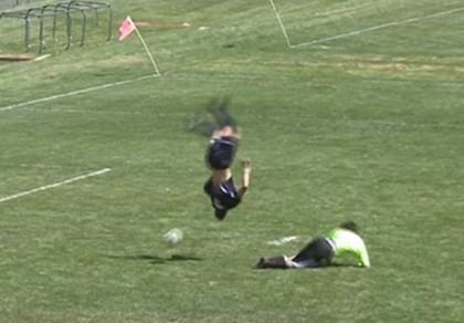 Hài hước: Nhào lộn ngoạn mục qua thủ môn rồi ghi bàn