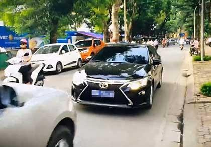 Xe bị ép chạy lùi gắn biển số xanh giả chạy vào đường cấm