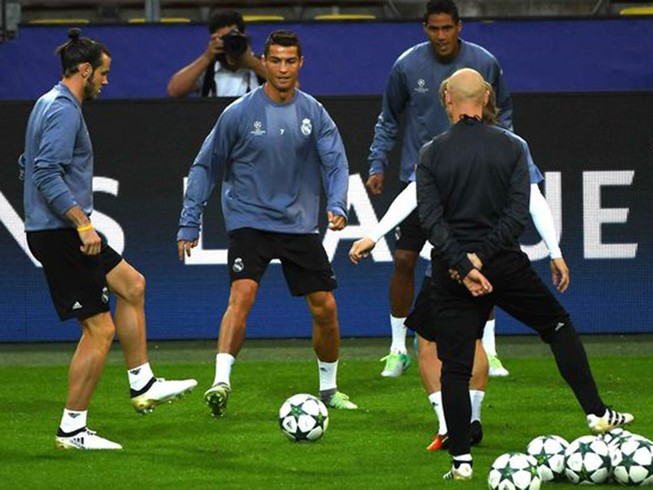 Zidane xoa dịu, Ronaldo cười tươi như hoa trên sân tập
