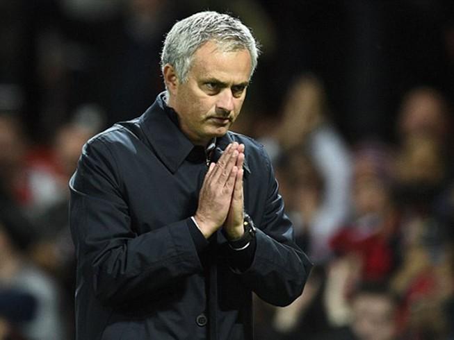 Mourinho chắp tay xin lỗi mong được CĐV MU tha thứ