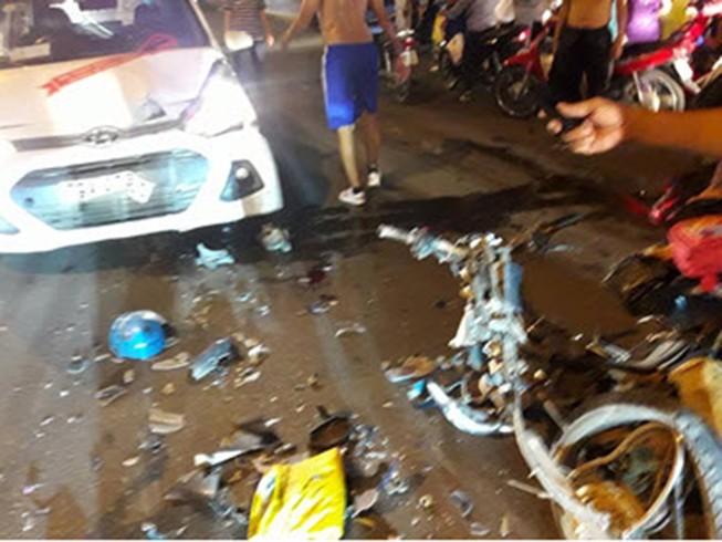 Taxi lấn trái tông ba cha con bị thương nặng