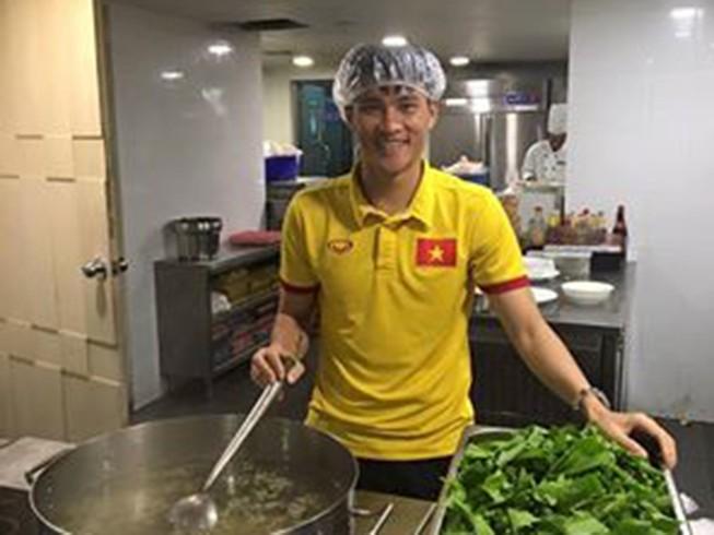 Công Vinh tự tay nấu canh cho cả đội,ai cũng khen ngon