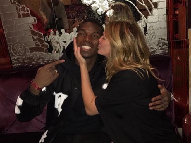 Julia Roberts hôn Pogba: Ai là người may mắn nhất ở MU?