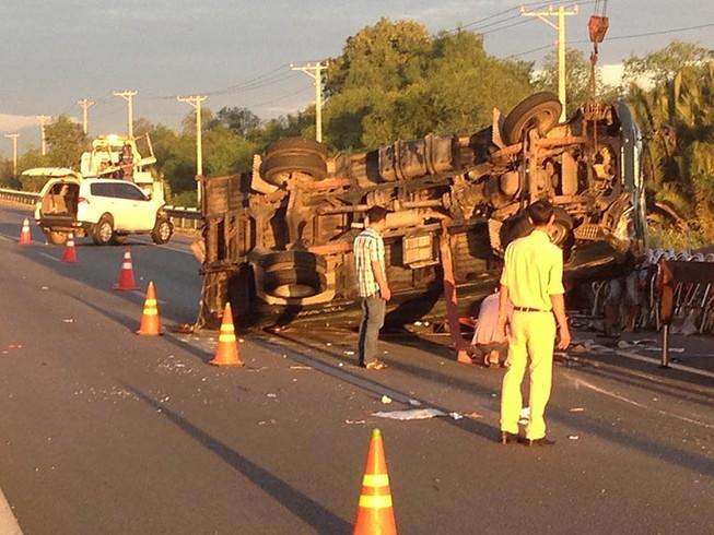 Xe tải và xe du lịch đâm nhau trên cao tốc