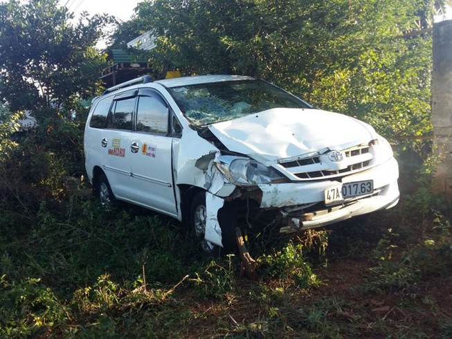 Taxi tông xe máy, 3 người thương vong