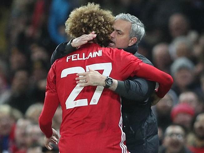 Fellaini ôm chầm Mourinho vì ông thầy đoán như thần