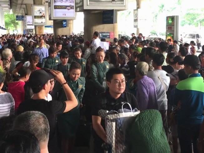 Vật vã đón Việt kiều: Chúng ta đang làm khổ nhau!