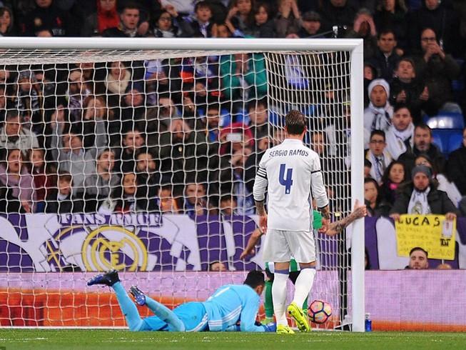 Thủ môn Real Madrid 2 lần dùng tay đẩy bóng về lưới nhà