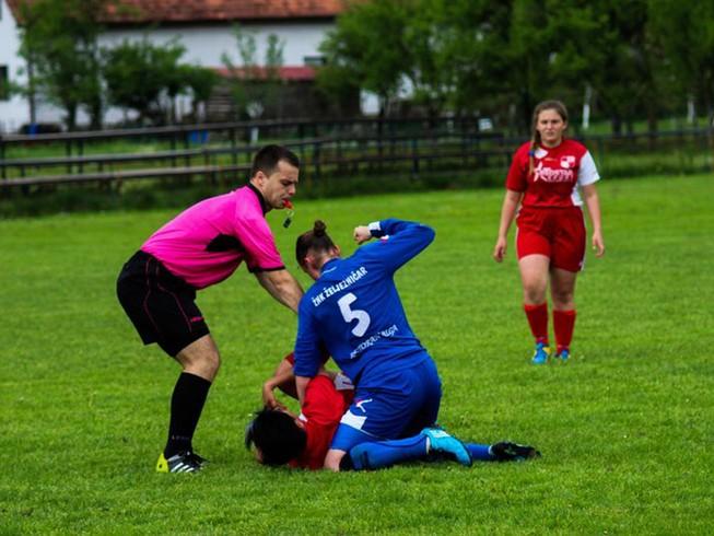 Cầu thủ nữ đè, đấm đối thủ liên tục như trên võ đài
