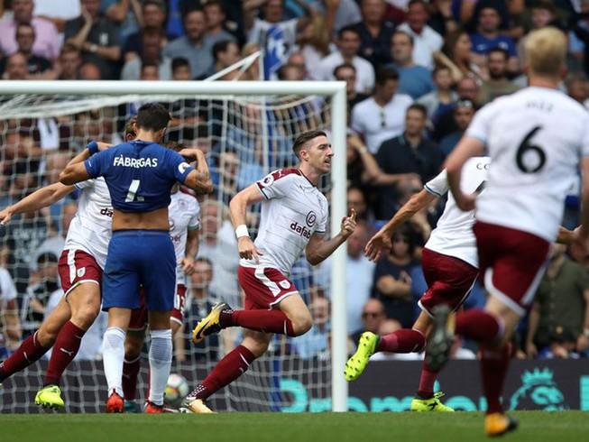 Nhận 2 thẻ đỏ, Chelsea thua sốc ngay trên sân nhà
