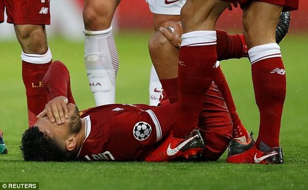 Chamberlain ôm mặt đau đớn trên sân