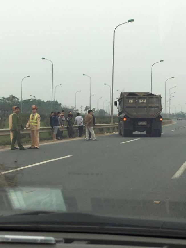 Một cảnh sát giao thông bị xe tải tông nguy kịch