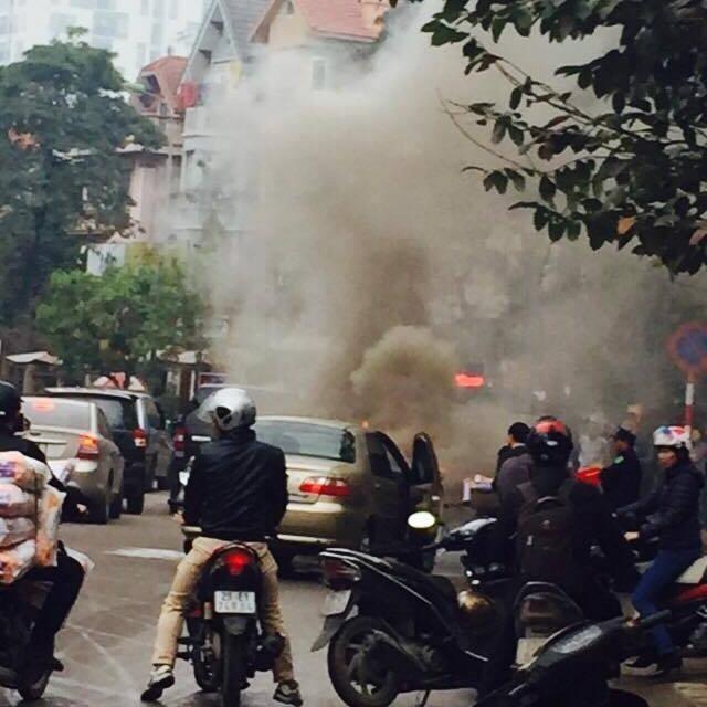 Hà Nội: Xế hộp đang chạy bất ngờ bốc cháy dữ dội