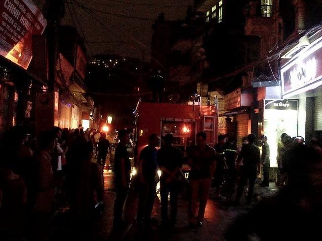 Lửa bùng cháy sau tiếng nổ lớn từ ngôi nhà trong hẻm