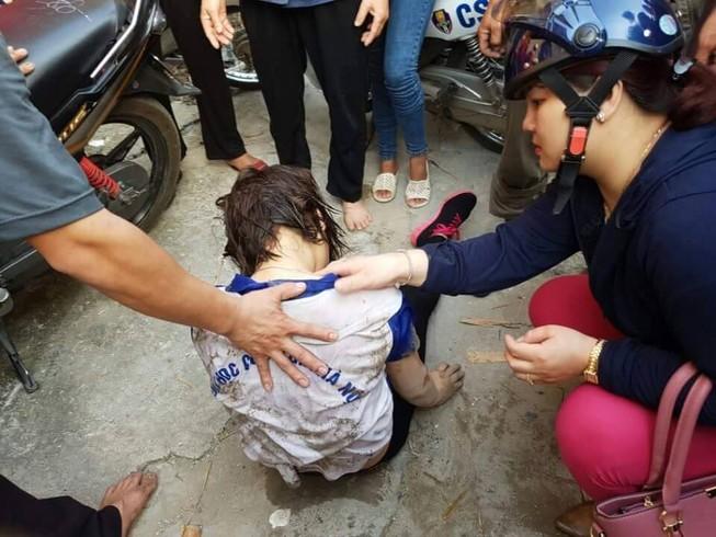 Cảnh sát giao thông cứu cô gái nhảy cầu Chương Dương tự tử