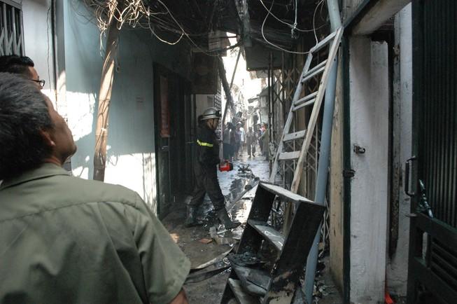 Sau tiếng nổ, người đàn ông chạy thoát thân khỏi đám cháy