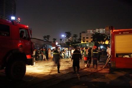 Cháy khu lán trại công nhân, nhiều người hoảng loạn