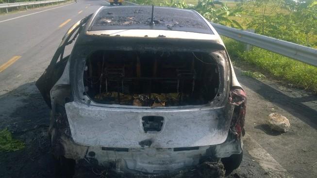 Xe bất ngờ bốc cháy dữ dội, bốn người đạp cửa thoát thân