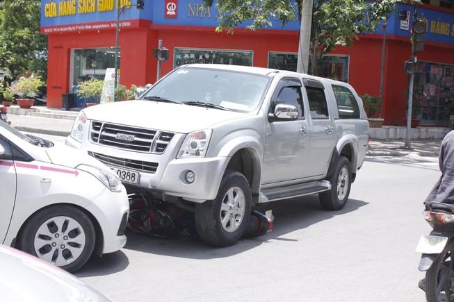Tai nạn liên hoàn, xe máy bị cuốn trọn dưới gầm ô tô