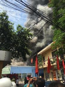Hà Nội: Đang cháy lớn tại  xưởng gỗ trên đường Trường Chinh