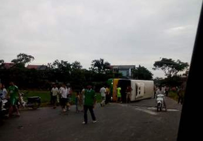 Va chạm xe buýt và taxi, 21 người bị thương