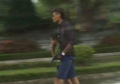 Người cha dùng súng khống chế con, cướp taxi
