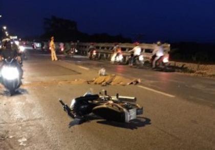 Đang chạy xe, 1 phụ nữ ngã ra đường tử vong