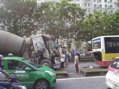 Xe trộn bê tông va chạm với xe buýt, hành khách hoảng loạn