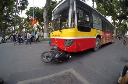 Xe buýt gây tai nạn, cô gái trẻ chết thảm tại chỗ