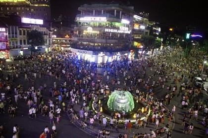 Nhộn nhịp phố đi bộ tối ngày 2-9 tại Thủ đô