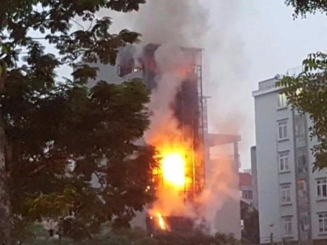 Cháy lớn tại quán karaoke, nhiều người tháo chạy tán loạn