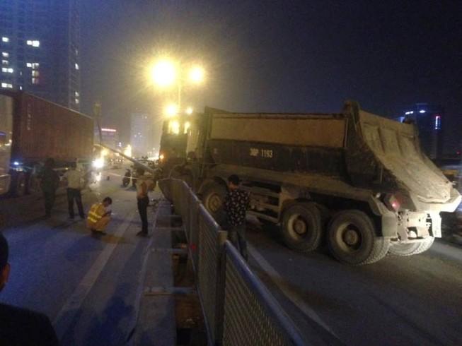 Xe tải mất lái đâm thẳng vào dải phân cách