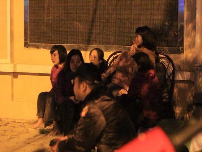 Vụ cháy quán karaoke: Người thân túc trực trắng đêm